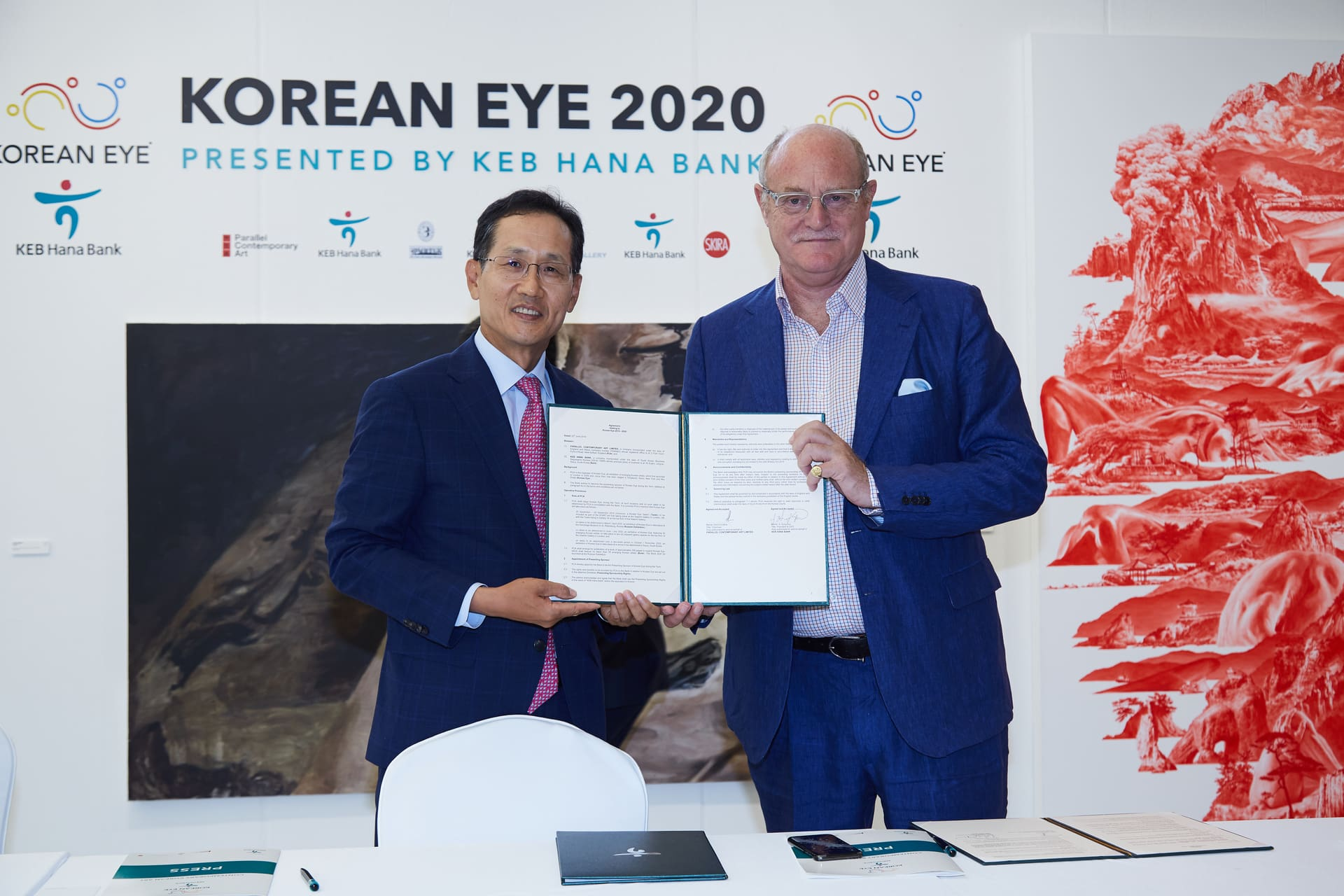 Mr Ji Sung Kyu, President and CEO KEB Hana Bank and Mr David Ciclitira at the launch of Korean Eye 2020